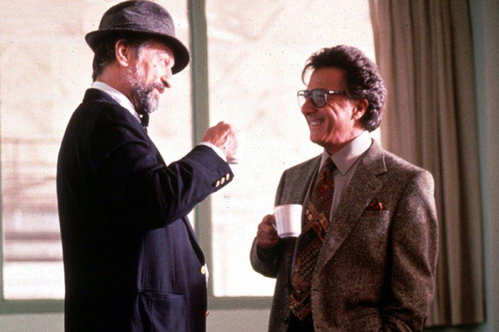 В 1997 году на экраны вышел фильм «Плутовство» Барри Левинсона. Сатирическая комедия с запоминающимимся образами Хоффмана и Де Ниро была номинирована на многочисленные кинопремии, однако принесла только специальный приз жюри Берлинского кинофестиваля. Сам Хоффман, номинировавшийся на премию «Оскар», уступил её Джеку Николсону в фильме «Лучше не бывает».
