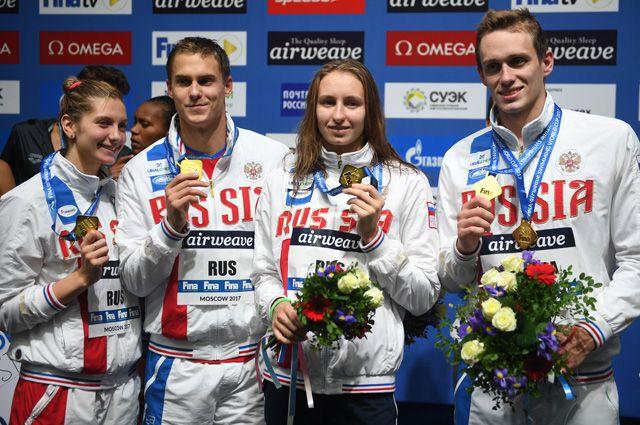 Светлана Чимрова, Кирилл Пригода, Вероника Попова и Владимир Морозов, завоевавшие золотые медали в смешанной эстафете 4х50 м вольным стилем на этапе Кубка мира по плаванию в Москве.