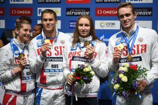 Светлана Чимрова, Кирюша Пригода, Вероничка Попова равно Вадя Морозов, завоевавшие золотые медали в смешанной эстафете 0х50 м вольным стилем на этапе Кубка таблица за плаванию в Москве.