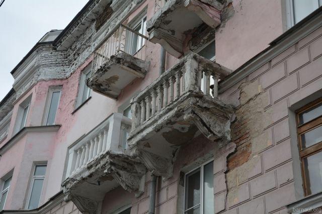 Госжилинспекция проверила поросший мхом фасад дома вАдмиралтейском районе