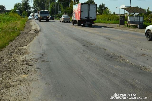 Городские власти обещают: капитальный ремонт дороги по улице Нахимова будет. Но сроков пока нет.