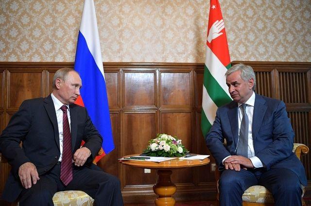 Путин прилетел в Абзахию в годовщину «принуждения» Грузии