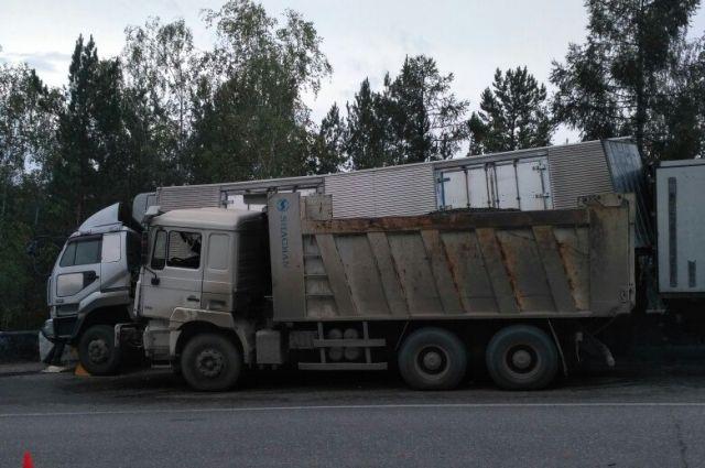 Водитель не успел затормозить на повороте и на скорости въехал в большегруз.