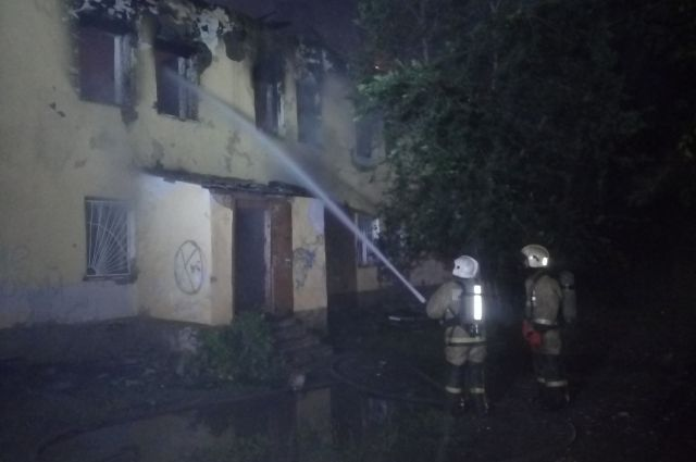 В Оренбурге пожарные тушили ветхий дом на ул. Конституции.