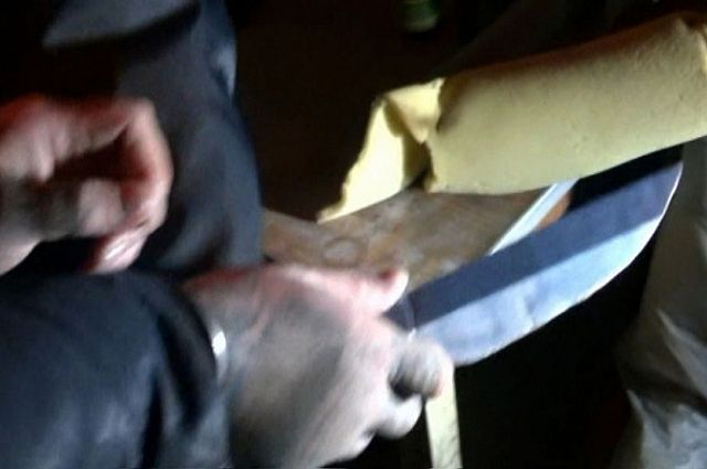 Гость накинулся на хозяина квартиры с ножом.