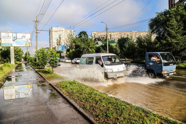 Дожди превращают приморские дороги в реки.