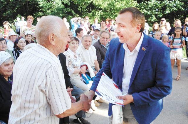 В праздничный день сотни жителей собрались на большой площадке одного из дворов. Старожилам района Валерий Шептунов вручил благодарственные письма.