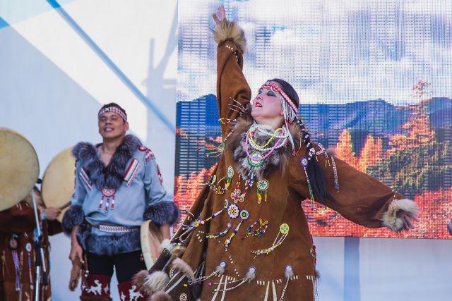 Выступления артистов, представляющих коренные народы, всегда красочны.