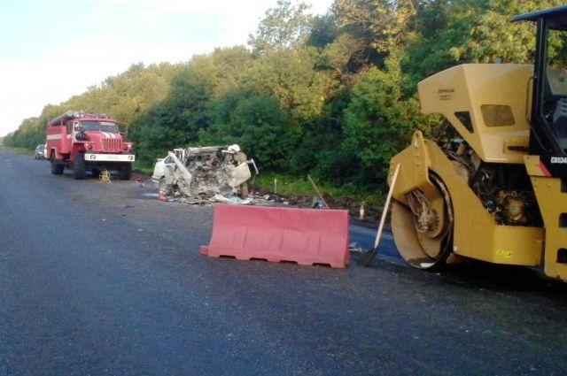 Выехав навстречную полосу дороги Орёл-Тамбов, иностранная машина врезалась встоящий каток