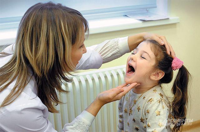 При повышенной температуре, слабости, тошноте и рвоте стоит сразу обратиться к врачу.