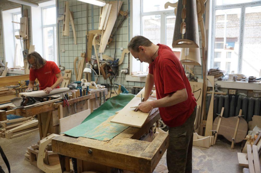 В цехе обработки древесины дерево «готовят» для дальнейшей передачи в арфовый цех.
