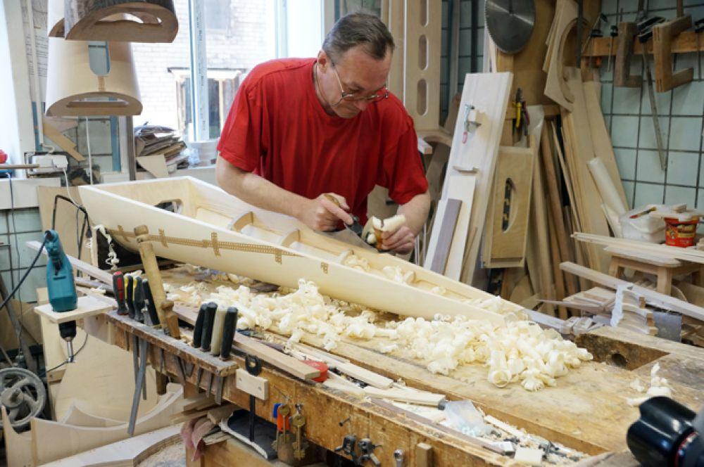 В производстве арфы дерево – один из главных материалов.