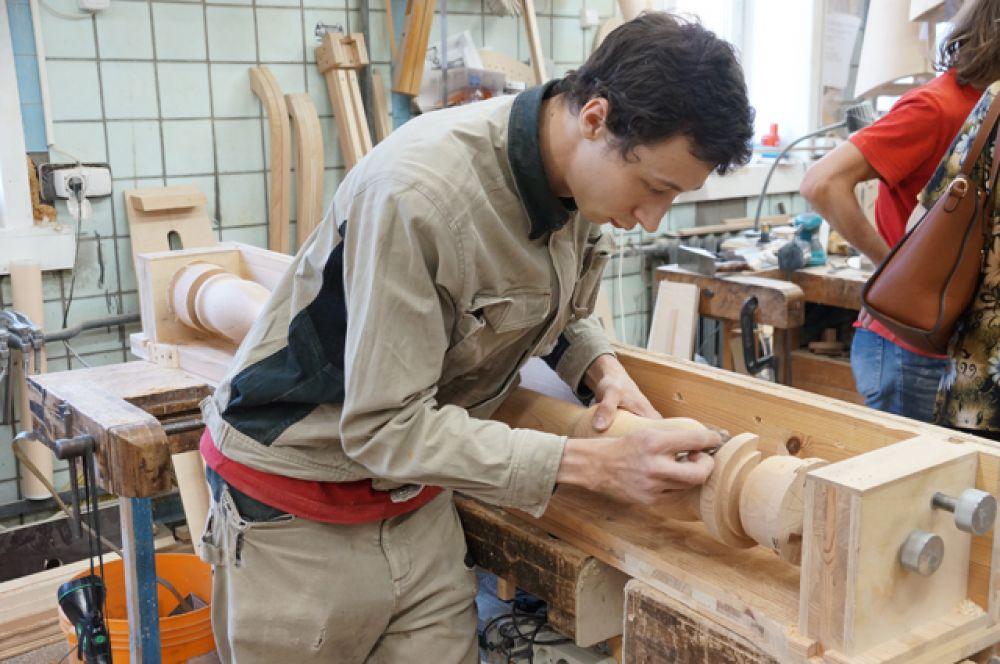 В арфовом цехе мастера делают компоненты арф, собирают и подгоняют детали.