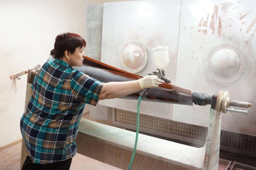 Мастер лакокрасочного участка Светлана Новикова любит и ценит свою работу.