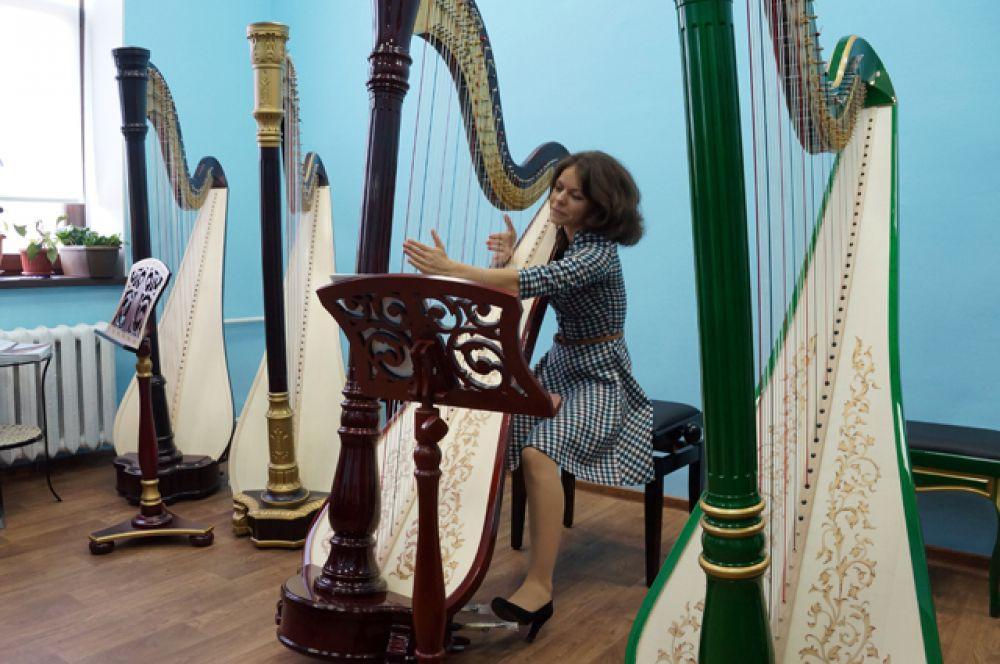 Эльмира Мартыненко – арфистка и эксперт, именно она контролирует качество инструментов.