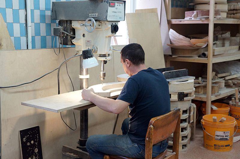 Применяются и различные станки, а большинство мастеров – с техническим образованием.