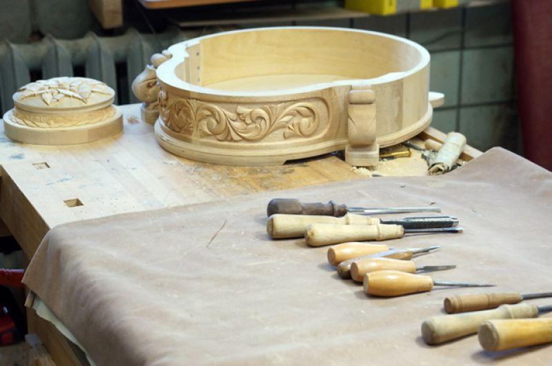Производство музыкальных инструментов – филигранный труд.