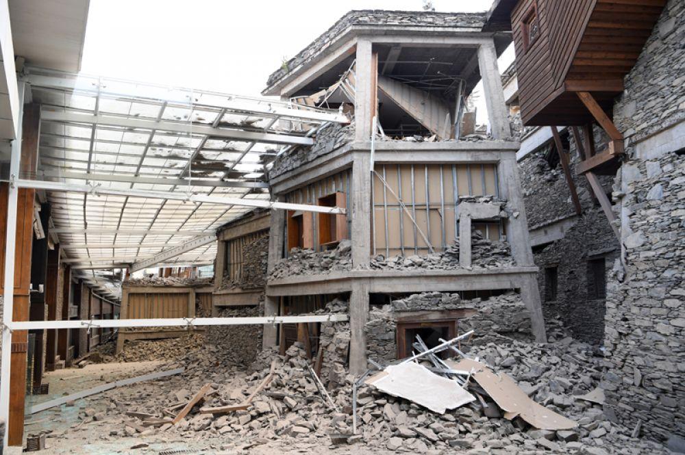Разрушенная столовая отеля InterContinental Resort Jiuzhai Paradise после землетрясения в округе Цзючжайгоу.