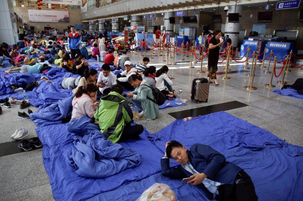 Пассажиры отдыхают в зале вылета аэропорта Цзючжайгоу.