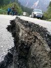 Трещина на дороге после землетрясения в округе Цзючжайгоу.