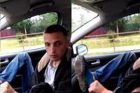 Пьяный неадекват просил полицейских показать удостоверение его ботинку