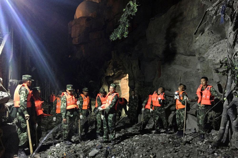 Спасатели ищут выживших после землетрясения в округе Цзючжайгоу.