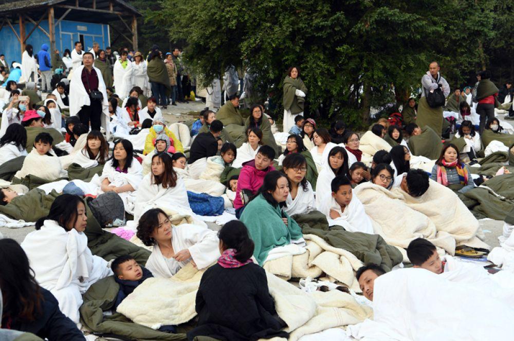 Туристы ждут помощи на стоянке отеля InterContinental Resort Jiuzhai Paradise.