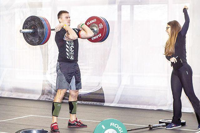 Программа тренировок Ильи включает гимнастику, лёгкую и тяжёлую атлетику.