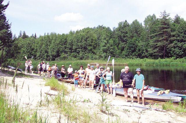 Небольшая речка с неспешным течением и лесистыми берегами. Туристы-байдарочники стремятся  к ней отовсюду.
