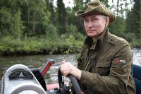 Владимир Путин на моторной лодке на каскаде горных озер в Республике Тыва.