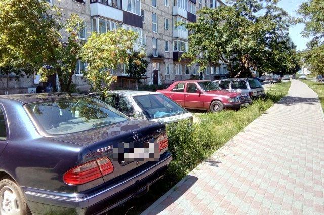 Парковки на газонах во дворах стали обыденным делом.