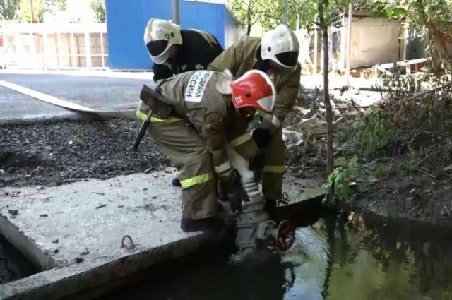 5 бригад откачивает воду.