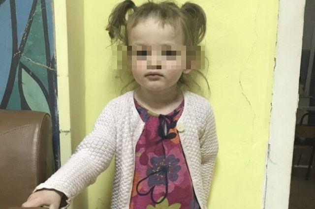 Девочку передал в полицию сторож погоста.