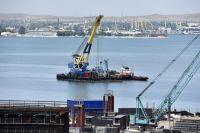 Завершение сборки судоходной арки железнодорожной части Керченского моста в Крыму.