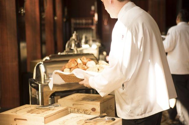В ресторанах гостей могут и обсчитать, и напоить остатками чужого напитка, и накормить едой с мухами.
