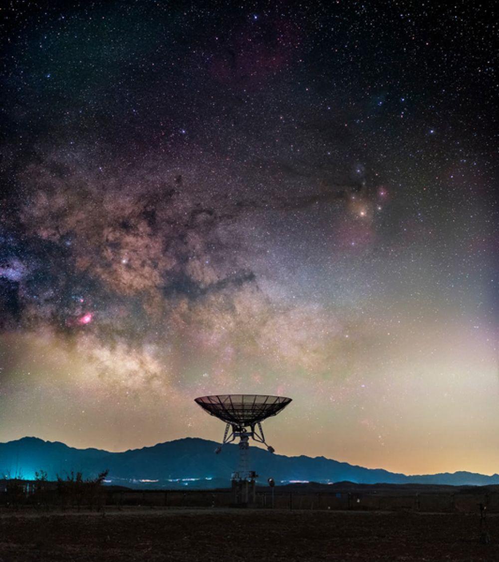 Хайтун Юй (Китай). Млечный путь в небе над Национальной астрономической обсерваторией Китая в пригороде Пекина. Фотограф хотел показать, как мешает астрономам постоянно растущее так называемое световое загрязнение — засвечивание ночного неба искусственными источниками освещения.