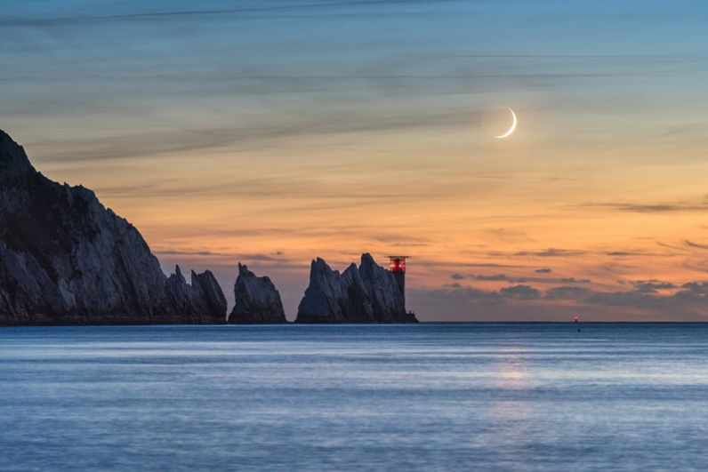 Эйнсли Беннетт (Великобритания). Полумесяц в вечернем небе над маяком Иглз на западной оконечности острова Уайт.