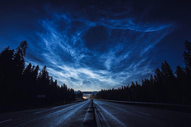 Руслан Мерзляков (Латвия). Серебристые облака тянутся вдоль шоссе, освещая поездку мотоциклистов домой.
