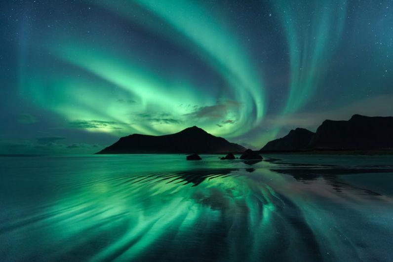 Беата Бенк (Германия). Отражение северного сияния в ряби волн на пляже Скагсанден в Норвегии.