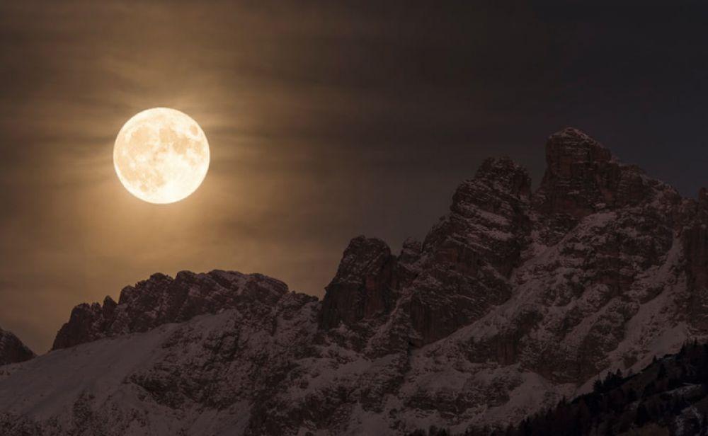 Джорджия Хофер (Италия). Суперлуние в сердце Доломитовых Альп в Италии в ночь на 14 ноября 2016 года. Настолько близко Луна и Земля не сближались с 1948 года.