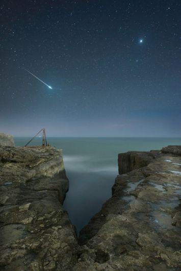 Роб Боуз (Великобритания). Падающая звезда в небе над скалистым пейзажем Портленда в Дорсете. Справа на снимке видна Венера.