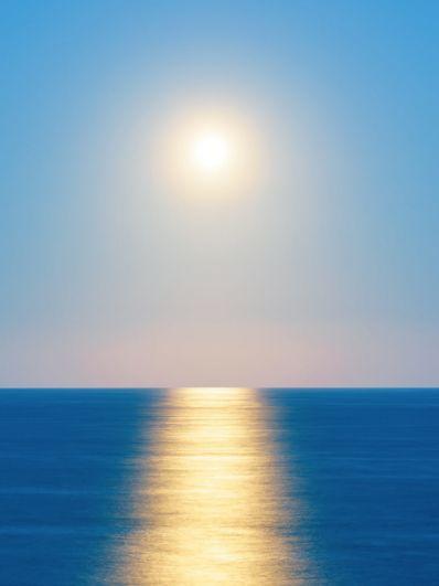 Джошуа Вуд (Новая Зеландия). Фотограф поймал момент, когда Луна, восходящая над сверкающим океаном у берегов Вайрарапы, имеет удивительное сходство с Солнцем.