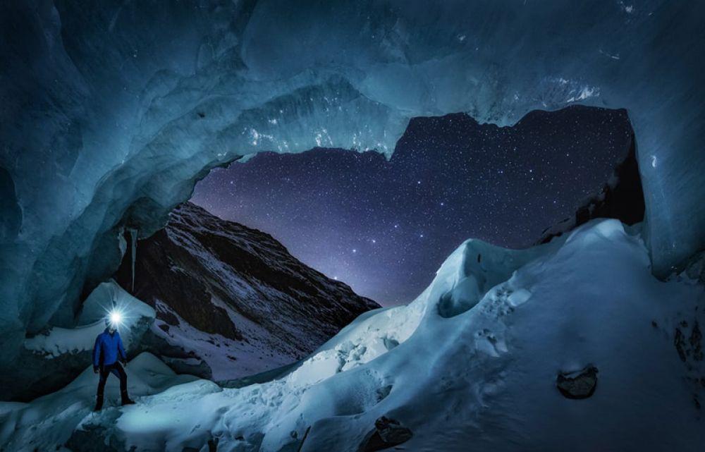 Николас Роеммельт (Дания). Астроном, наблюдающий за созвездием Большой Медведицы, у входа в большую пещеру на леднике Энгадин в Швейцарии.