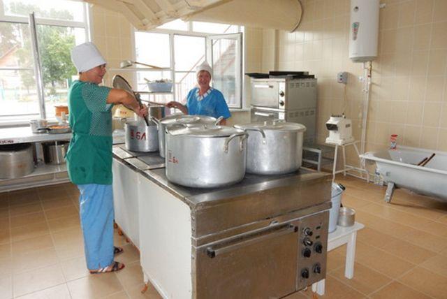 В Приуральском районе общественники ищут на кухне микробов