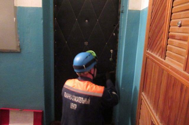 Спасатели вскрыли входную дверь.
