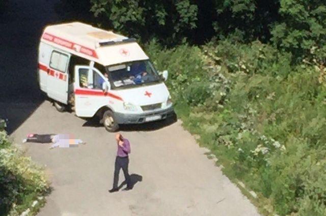 ВЛенинском районе под окнами многоэтажки отыскали труп девушки