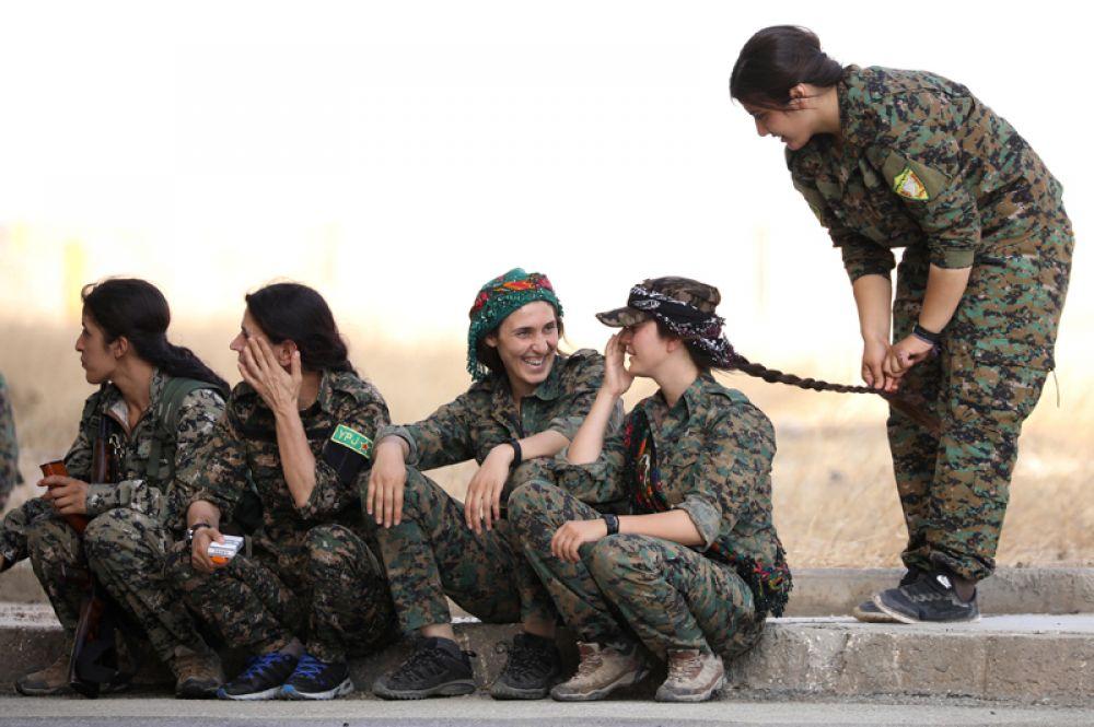 9 августа. Военные «Сирийских демократических сил» (SDF) сидят на обочине в городе Хасака в северо-восточной Сирии.