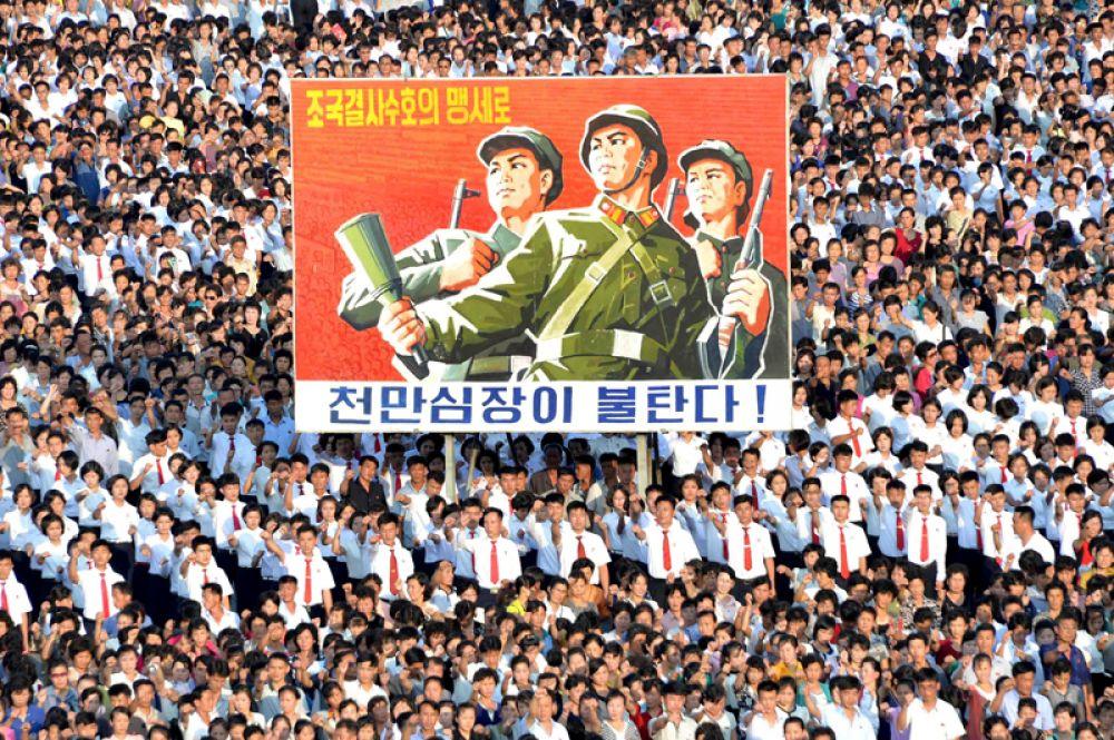 9 августа. Массовый митинг в Пхеньяне на площади Ким Ир Сена в поддержку заявлений правительства КНДР.