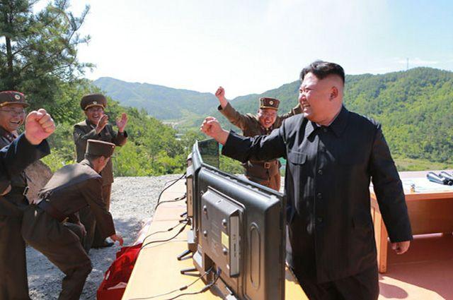 Ким Чен Ын радуется успешному испытательному пуску межконтинентальной баллистической ракеты.