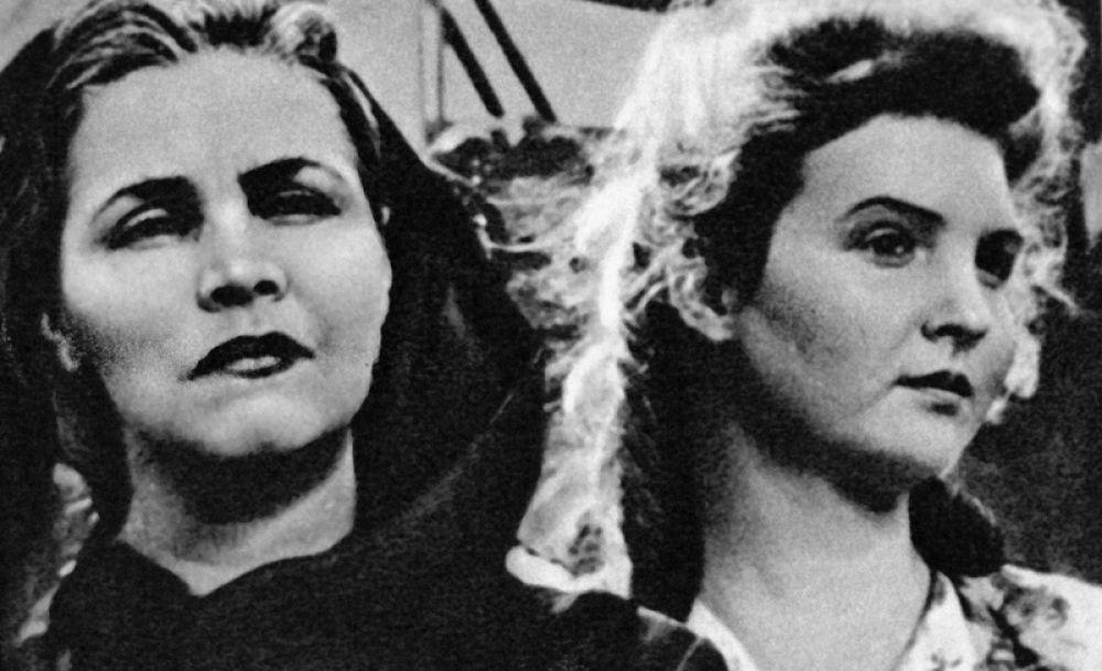 Народная артистка СССР Тамара Макарова (слева) в сцене из фильма «Молодая гвардия». 1948 год.